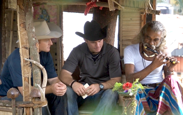 """In this Route Marker, Cowboy brothers Cord, left, and Jet McCoy make their way to the Heritage Ambepussa Rest House before heading to the Pit Stop on the All-Star edition of """"The Amazing Race."""" (CBS PHOTO)"""